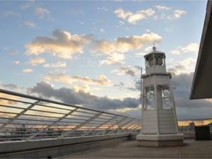 ホテルの最上階バルコニー部分に建つ灯台