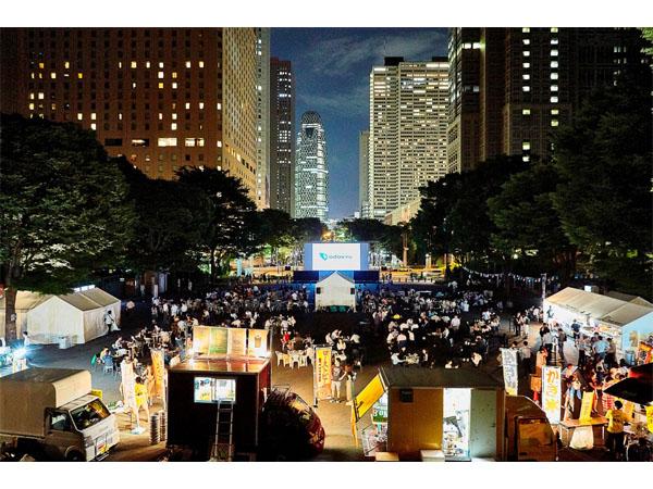 観覧無料!新宿の夜景をバックに映画と食事を楽しもう