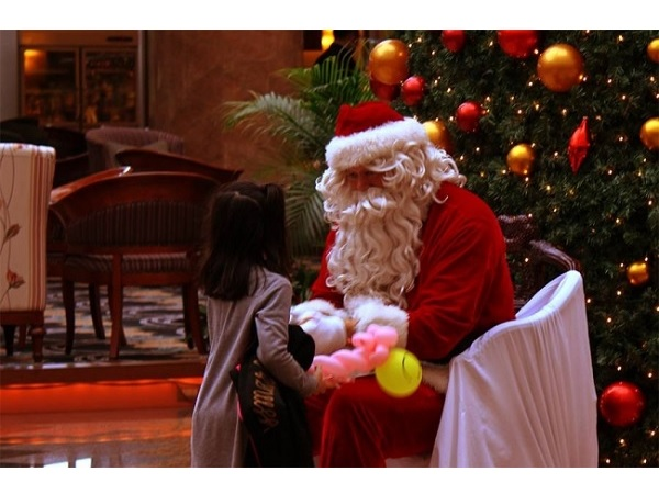サンタが部屋にプレゼントをお届け!今年のクリスマスは沖縄のホテルで - STRAIGHT PRESS[ストレートプレス]
