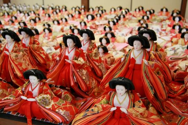 """町中が""""雛人形""""一色に!福岡で「雛の里・八女ぼんぼりまつり」が開催"""