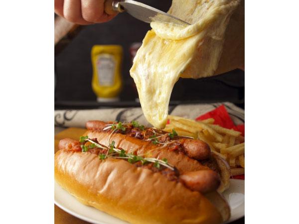 チリビーンズホットドック ラクレットチーズ掛け